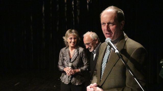 Le président des APLP présente Yvon Deschamps, sur scène avec son épouse, l'auteure-compositeure-interprète Judi Richards