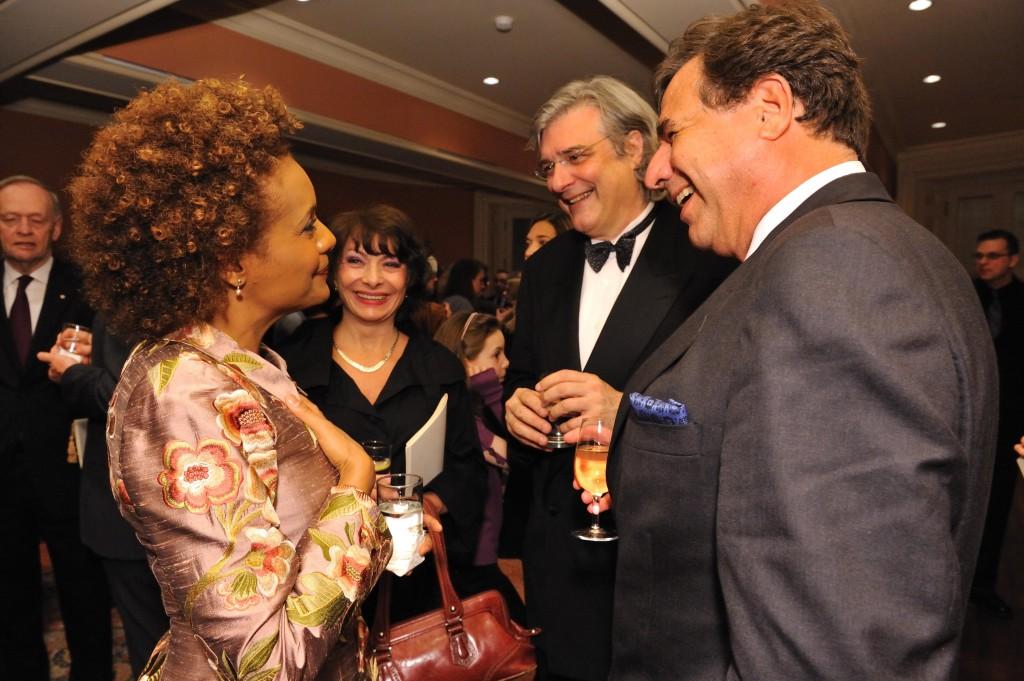 Michaëlle Jean face à Dr Natasha et Alain Beaudet avec leur ami Pierre