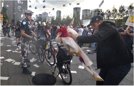 Syndiqués s'en prenant le 18 août à des emblèmes municipaux de l'Hôtel-de-Ville de Montréal devant des policiers moins équipés qu'au printemps 2012 (photo Le Devoir)