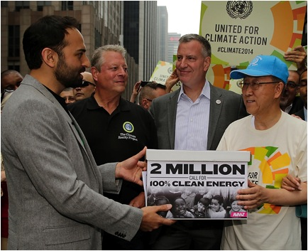 Le Directeur exécutif d'Avaaz, Ricken Patel, remet la pétition pour des énergies 100% renouvelables et ses 2 millions de signatures (merci!) au Secrétaire général de l'ONU Ban Ki-moon lors de la Marche pour le Climat de New York.