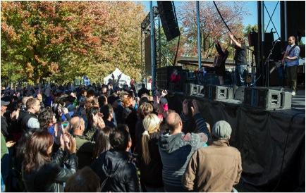 Au parc Maisonneuve, à Montréal, le 12 octobre, les Cowboys Fringants sont sur scène et Guylaine Maroist et Margie Gillis vont les rejoindre pour lancer l'appel des Artistes pour la Paix.