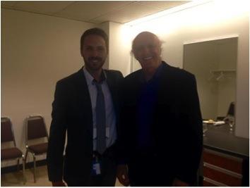 Gilles Vigneault dans sa loge avec Cyril Frazao, chargé de projets Biodiversité et coordonnateur du Symposium mondial sur l'uranium