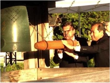 Le maire Coderre et le consul Kuromitsu font sonner la cloche d'Hiroshima