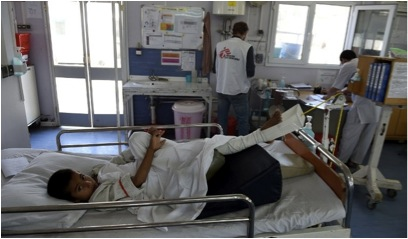 Un enfant afghan reçoit des traitements à l'hôpital des Médecins Sans Frontières (MSF), dans la ville de Kunduz, avant le bombardement américain.