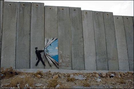 Murale par Bansky en Palestine. Photo Weburbanist.