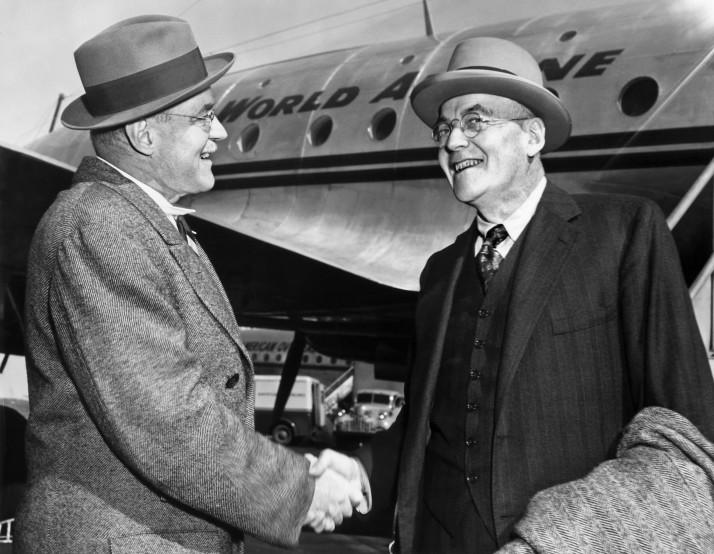 John Foster Dulles, expert en politique étrangère du Parti Républicain, est accueilli par son frère, Allan Dulles, à son arrivée à New York, le 4 octobre 1948. Photo AFP/AFP/Getty Images
