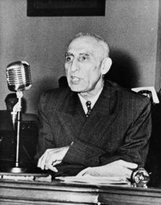 Mohammed Mossadegh en 1951. Il fut démocratiquement élu Premier ministre d'Iran, puis renversé par le coup d'état qui installa le Shah au pouvoir en 1953. Photo STRINGER/AFP/Getty Images