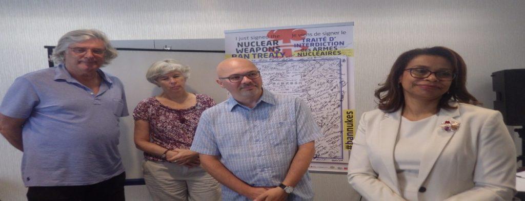 Pierre Jasmin (APLP, Pugwash Canada et co-président honoraire du MQP), Debbie Grisdale (Réseau canadien pour l'abolition de l'arme nucléaire) et Steven Staples (Institut Rideau et ceasefire.ca) encadrent l'ambassadrice Elayne Whyte du Costa Rica reçue à Ottawa par le CNANW, le 25 septembre 2017.