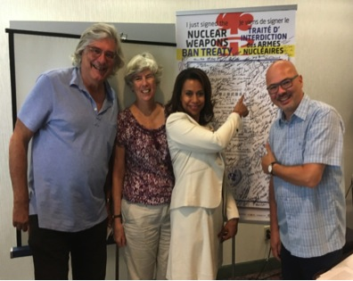 Pierre Jasmin (APLP et Pugwash Canada), Debbie Grisdale (Réseau canadien pour l'abolition de l'arme nucléaire) et Steven Staples (Institut Rideau et ceasefire.ca) encadrent l'ambassadrice Elayne Whyte du Costa Rica, le 25 septembre 2017, à Ottawa.