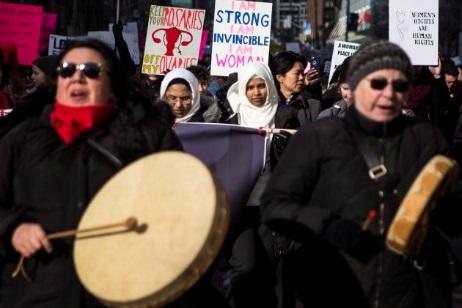 Manifestantes américaines 20 janvier 2018 : VOS ROSAIRES HORS DE MES OVAIRES; JE SUIS FORTE, INVINCIBLE, JE SUIS UNE FEMME; LES DROITS DES FEMMES SONT DROITS DE LA PERSONNE !