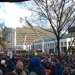 La foule s'assemble Place des Festivals.