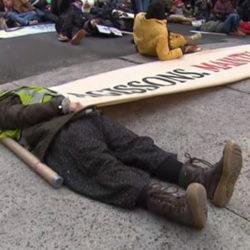 Les manifestants sont invités à se coucher par terre