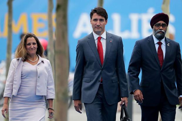 Chrystia Freeland, Justin Trudeau et Harjit Sajjan arrivent au sommet de l'OTAN à Bruxelles le 12 juillet 2018.