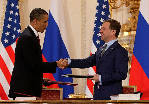 Obama et Medvedev signent le Traité de Prague en 2010.